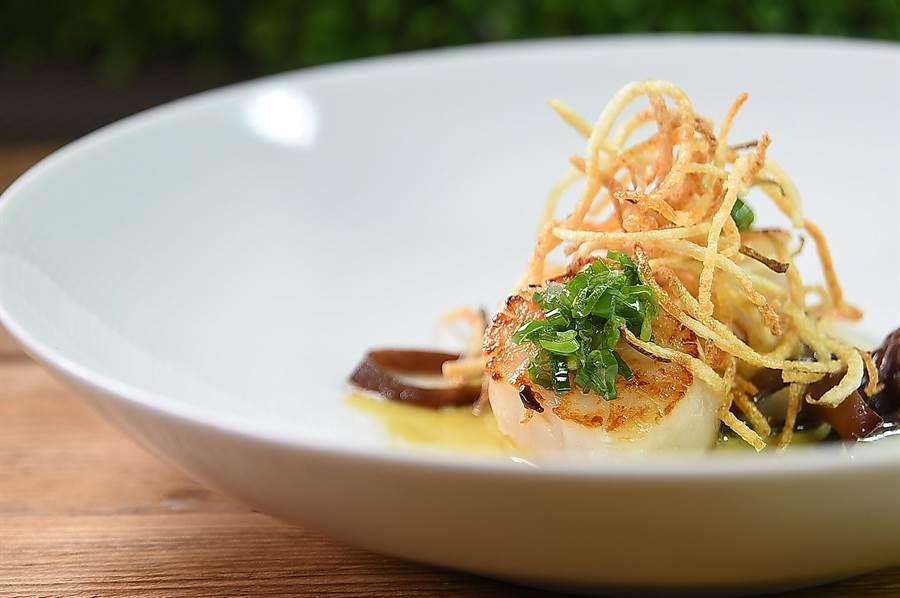 〈TK  SEAFOOD & STEAK〉主廚蔡泰源用竹筍、木耳與香蔥醬,搭配〈乾煎北海道大干貝〉,上面再用炸洋蔥絲點綴增加口感與色相。(圖/姚舜)