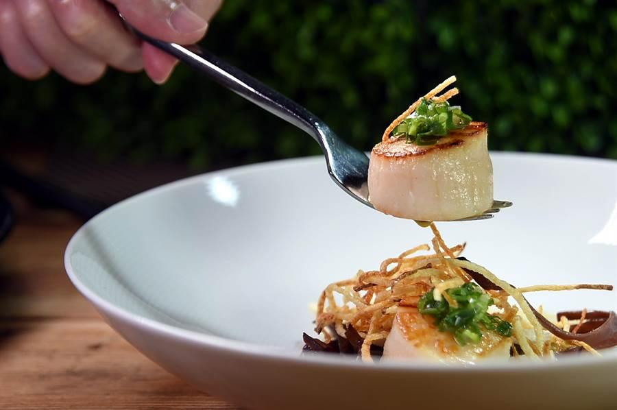 〈TK  SEAFOOD & STEAK〉的〈乾煎北海道大干貝〉,用香蔥醬提味,風味很「接地氣」。(圖/姚舜)