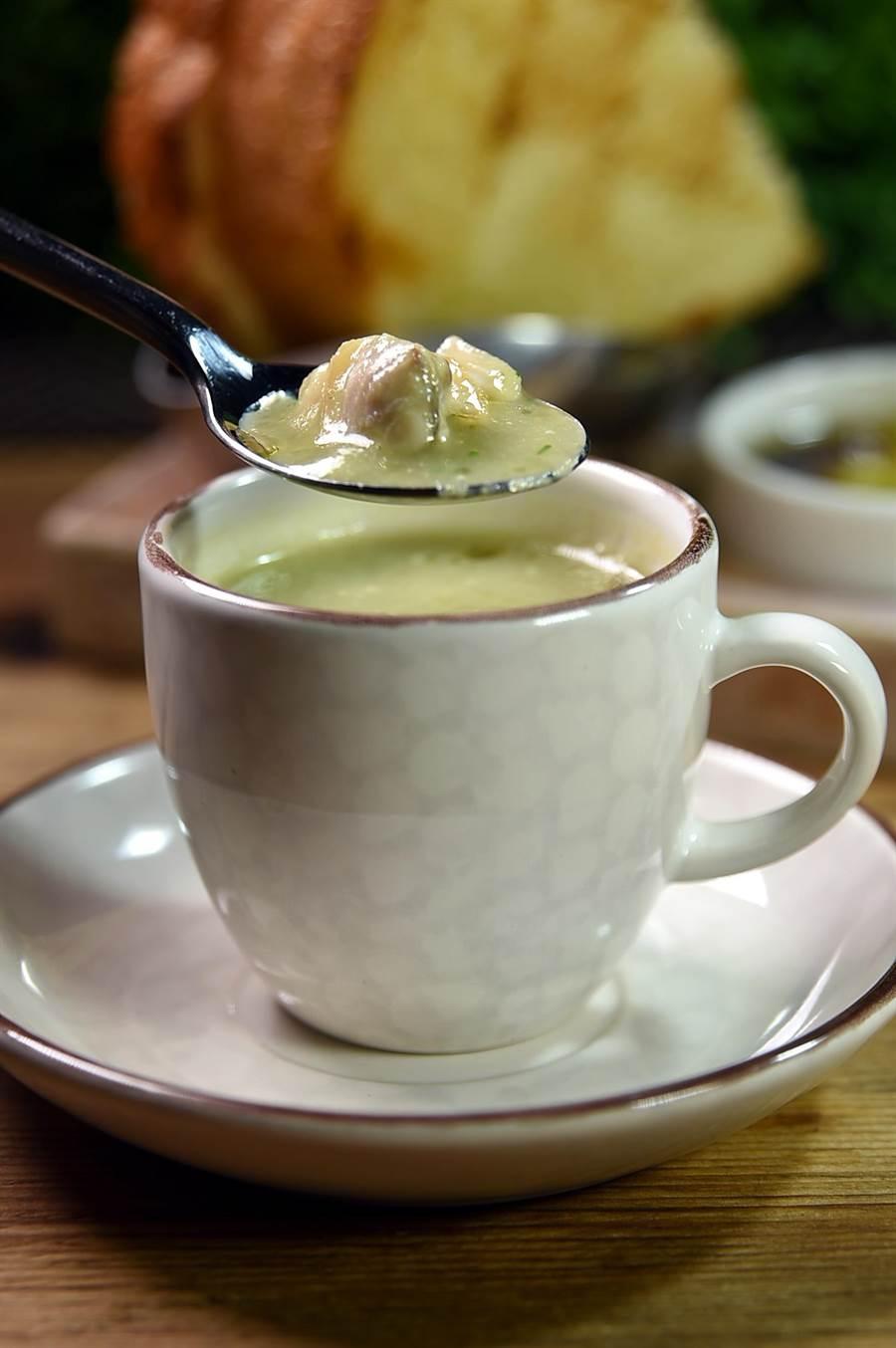 〈 TK SEAFOOD & STEAK〉主廚蔡泰源作的〈蛤蜊絲瓜濃湯〉,是用炒過的絲瓜與洋蔥熬製,湯質濃稠、絲瓜甘甜。蛤蜊清鮮。(圖/姚舜)