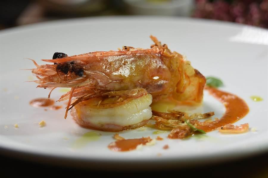 〈 TK SEAFOOD & STEAK〉主廚蔡泰源烹製的〈現流明蝦.鮮蝦義大利餃〉,是用櫻花蝦醬提味。(圖/姚舜)