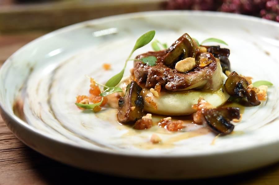 蔡泰源料理的〈爐烤鴨肝、茴香蘑菇割包、焦糖花生粉〉,是以高檔食材結合西式料理廚藝演繹的「高檔刈包」。(圖/姚舜)