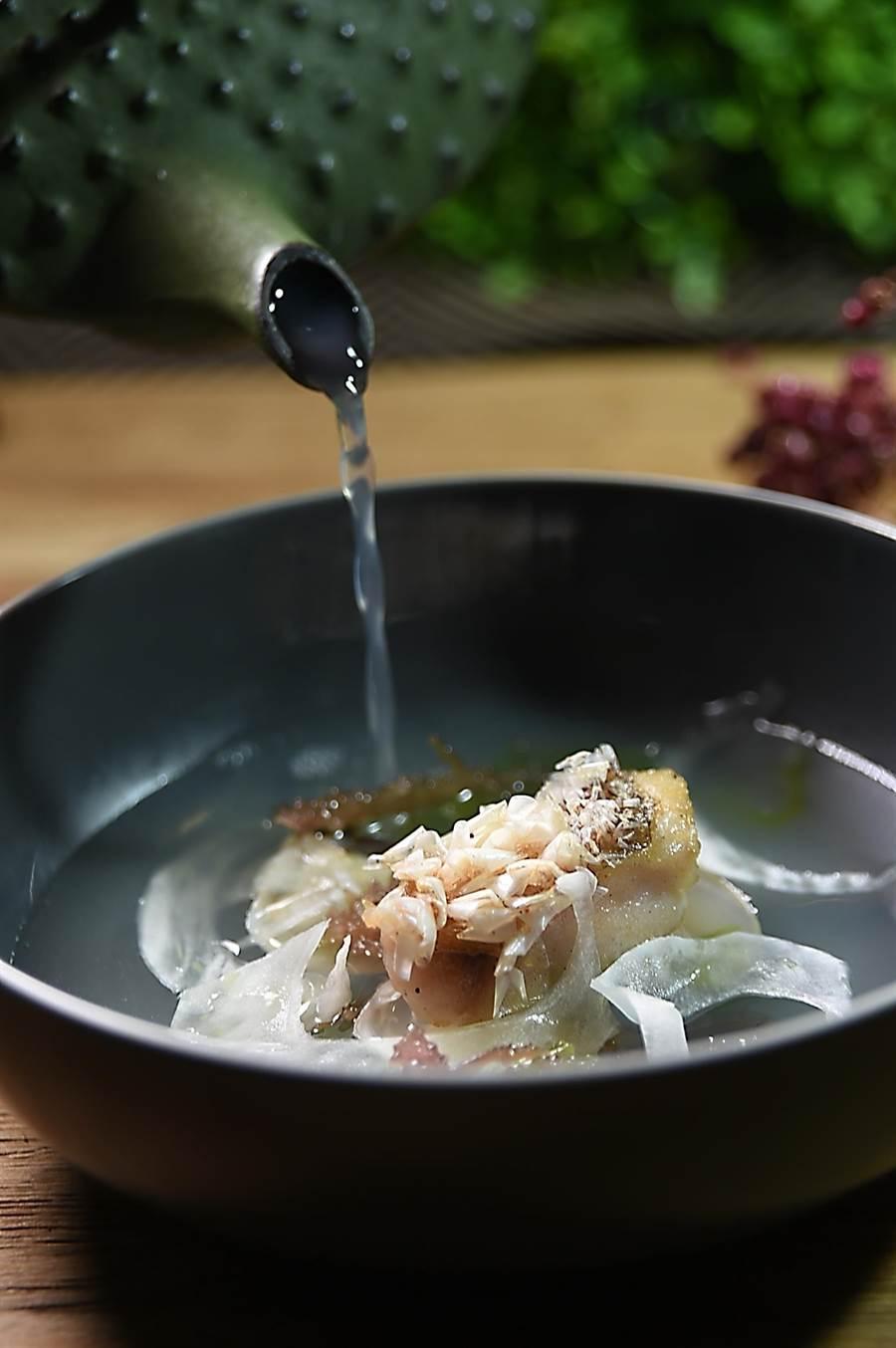 〈 TK SEAFOOD & STEAK〉菜單上的〈立鱗馬頭魚.澎湖海菜〉,享用時可以搭配蛤蜊雞湯增加鮮甜度。(圖/姚舜)