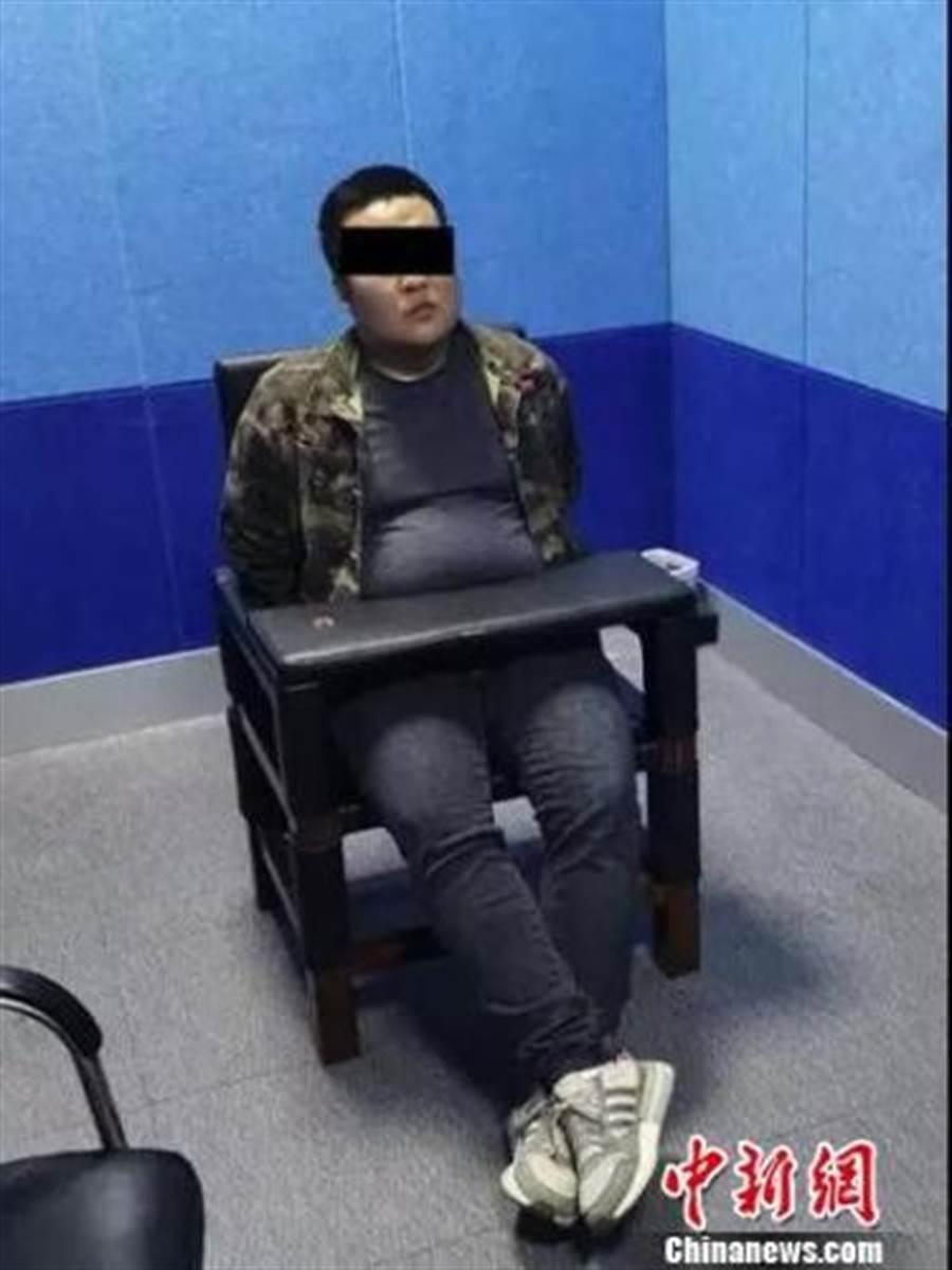 小明在警局看見「小靜」的本尊竟是個中年男子,當場崩饋傻眼。(圖/中新社)