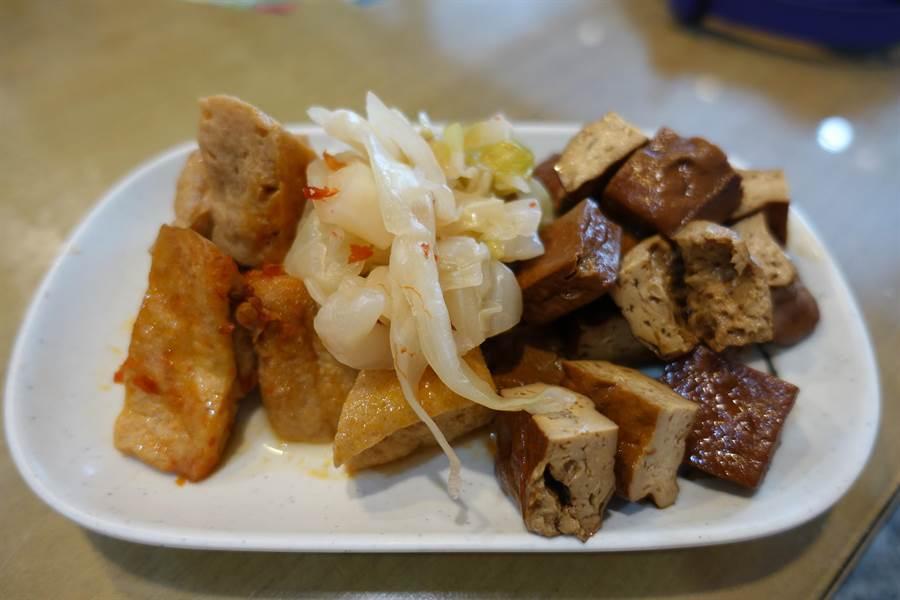 養惠素食的特色小菜,左起泡菜、臭豆腐、魯豆干。(周麗蘭攝)