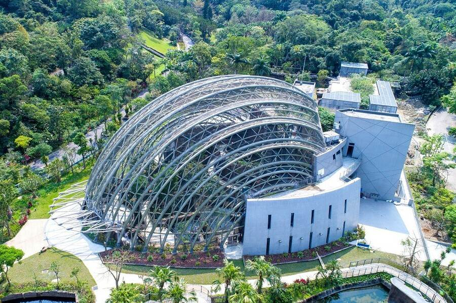台北市立動物園新地標「穿山甲館」,是動物園界的創舉,獲得內政部認可的「黃金級」綠建築證書(紫晶數位有限公司攝)