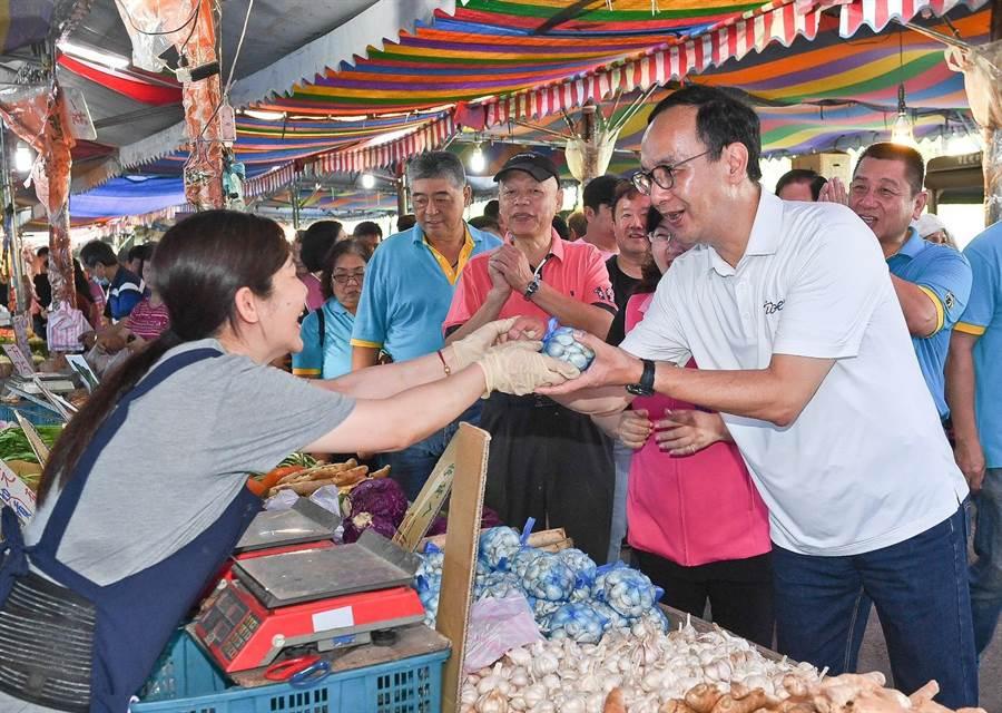 朱立倫今(12日)一早到新北市永和區永和福和觀光市場與買菜的民眾、運動的長輩一一握手問好。(葉書宏翻攝)