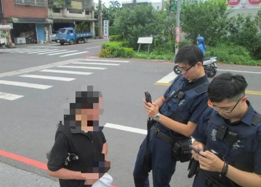 八德警方發現疑失智婦人在公園迷路,協助回家。(甘嘉雯翻攝)