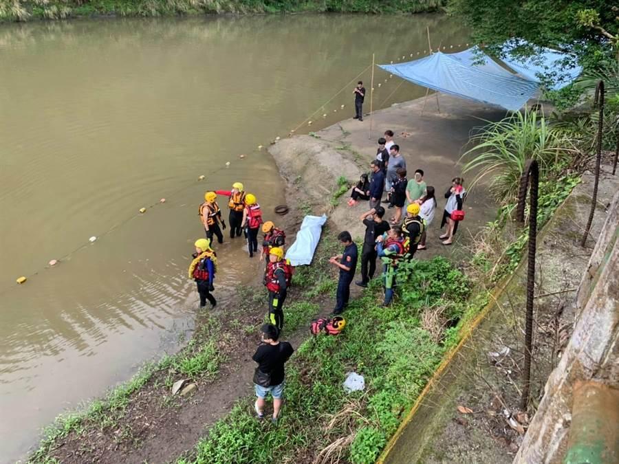 新北市消防局今天清晨在營區附近尋獲昨日坪林溺水失蹤男子遺體。(葉書宏翻攝)