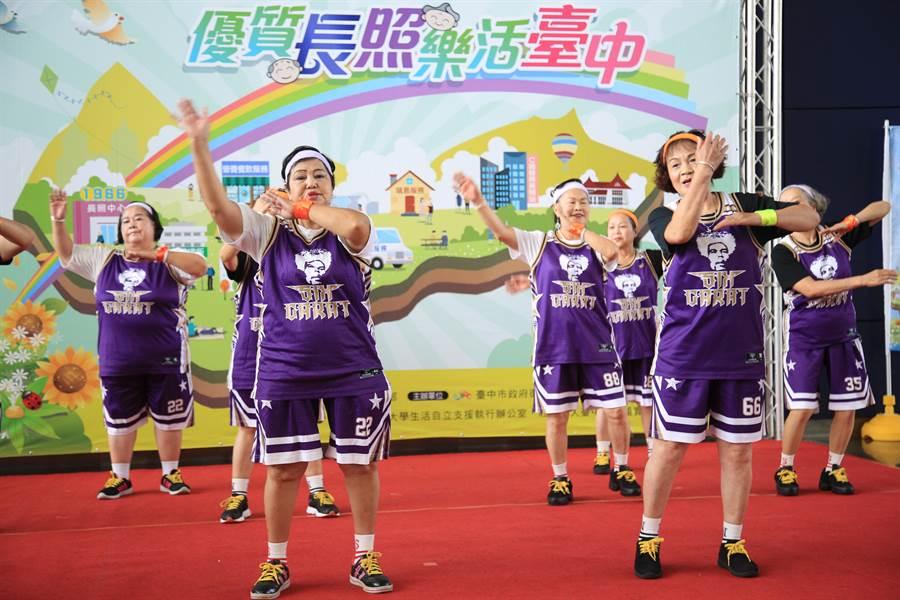 台中市衛生局12日在市府舉辦「優質長照、樂活台中」成果發表會,長輩組成的「六克拉舞團」熱情表演街舞。(馮惠宜攝)