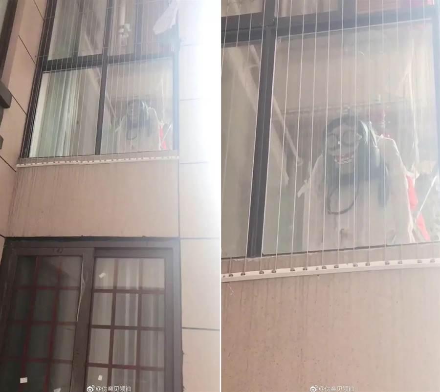 由於鄰居剛好在曬衣服與書包,從正面看宛如飄浮的幽靈(圖翻攝自/微博)