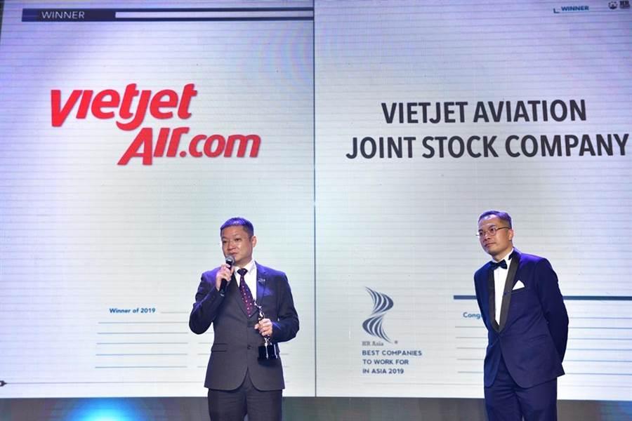 越捷航空代表(左)上台領取「2019亞洲最佳企業雇主獎」。圖:越捷提供