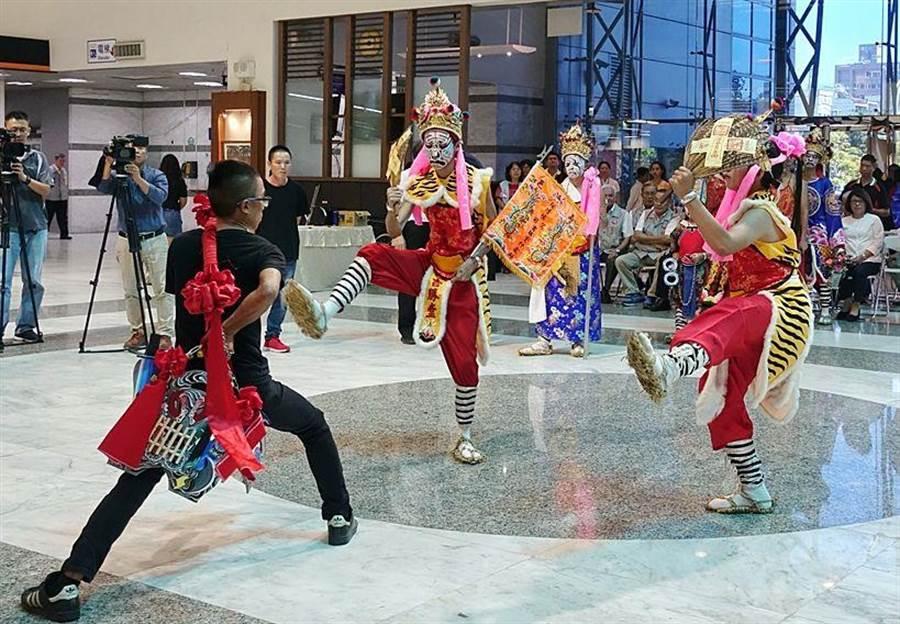 嘉邑城隍廟駕前吉勝堂什家將演出傳統家將文化。(廖素慧攝)