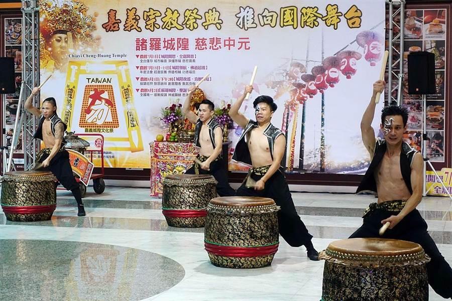 嘉邑城隍廟中元祭典邀來戊己劇團鼓陣火舞表演。(廖素慧攝)