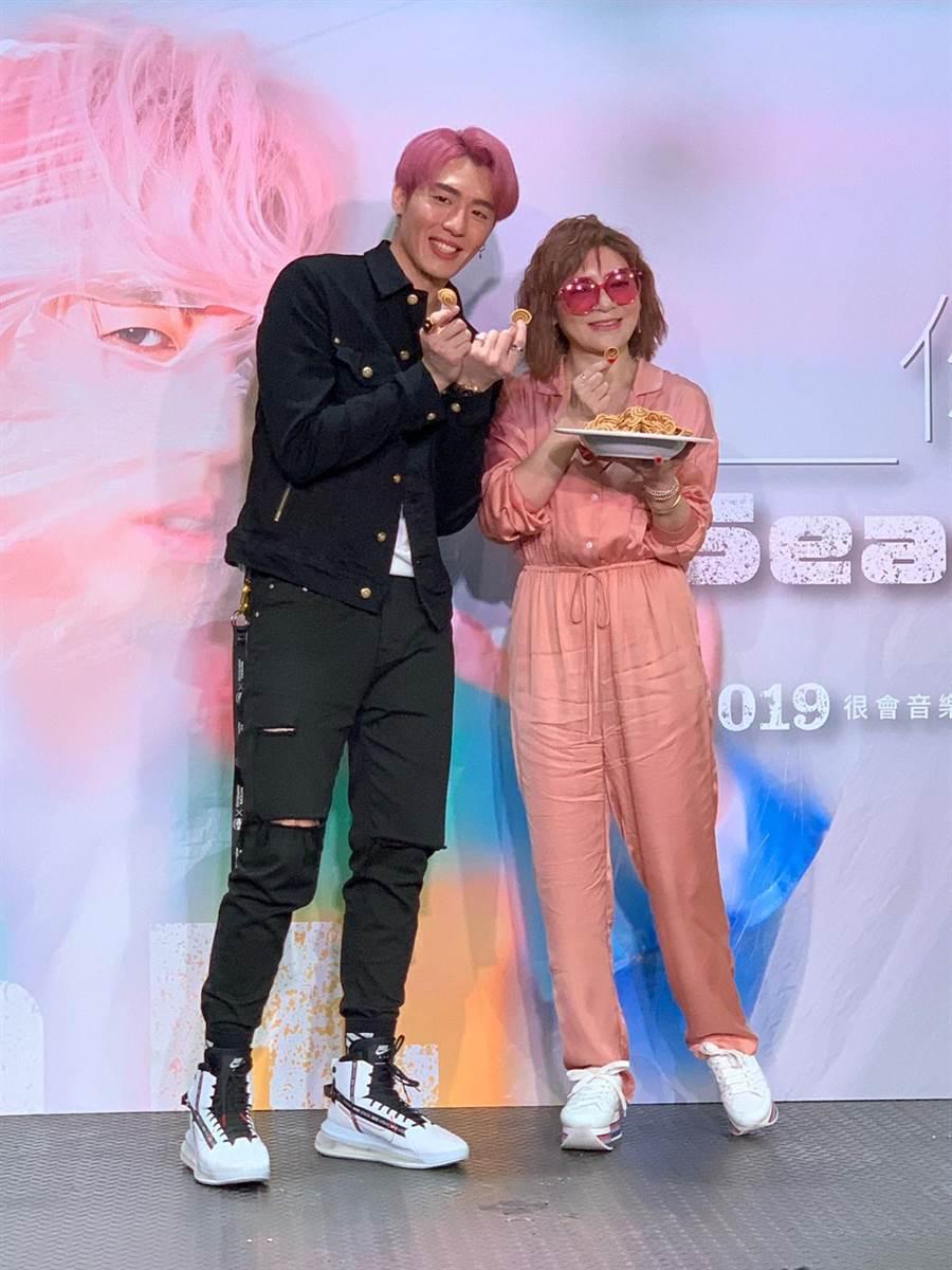 王彩樺(右)今為黃昺翔發片站台力挺。(尤嬿妮攝)