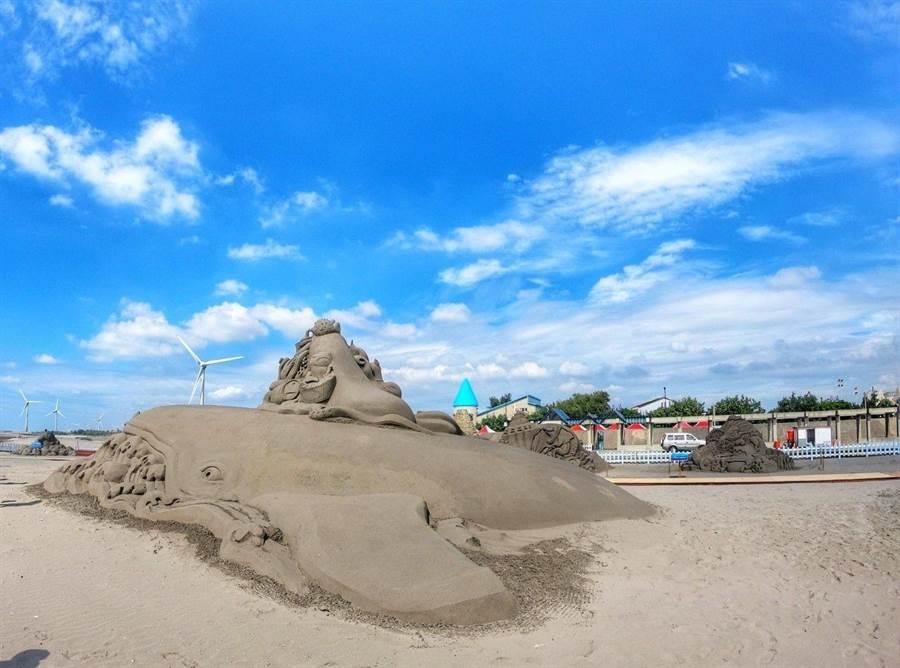 「2019大安沙雕音樂季」一開幕就吸引大批人潮,今年打造特大型「海翁」(鯨魚台語)主雕。(盧金足翻攝)