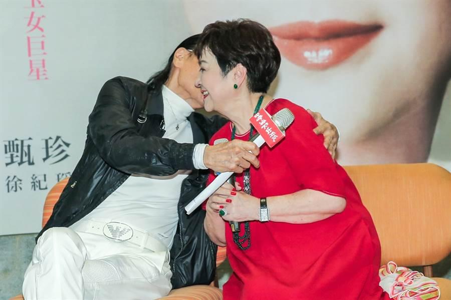 甄珍和謝賢在新書發表會上相擁畫面感人。(圖/資料照)