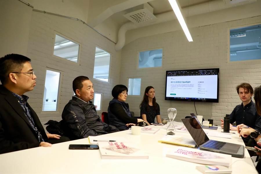 新北市長侯友宜「安居樂業」之旅,11日參訪芬蘭非營利組織HundrED,學習享譽全球的頂尖教育思維。(葉德正翻攝)