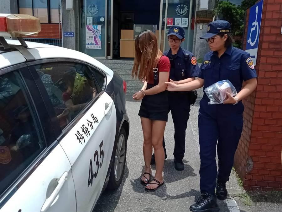 警方帶回楊女偵辦移送。(呂筱蟬翻攝)