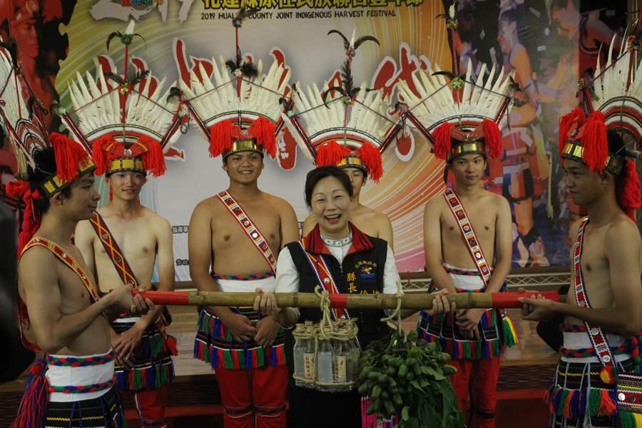 縣長徐榛蔚(中)為原住民族聯合豐年節揭開序幕。(張祈攝)