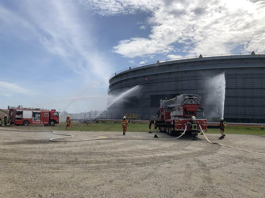 桃園市政府消防局第三大隊選定轄內中油沙崙油庫進行舉辦大型消防搶救演練。(消防局提供)