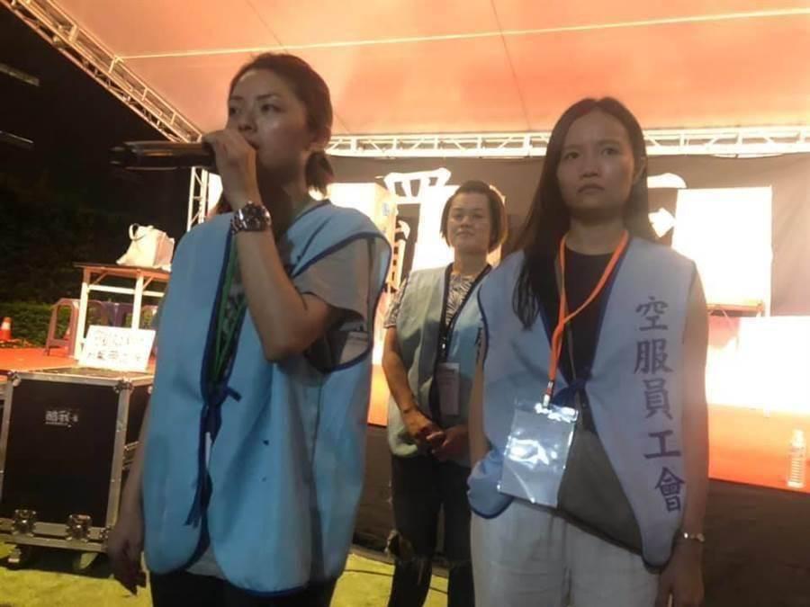 郭芷嫣日前遭長榮航空開除,法界認為勞資雙方未來將有法律攻防。圖為罷工期間郭芷嫣(左)對會員發言,堅持罷工到最後一刻。(中報資料照片 呂筱蟬攝)