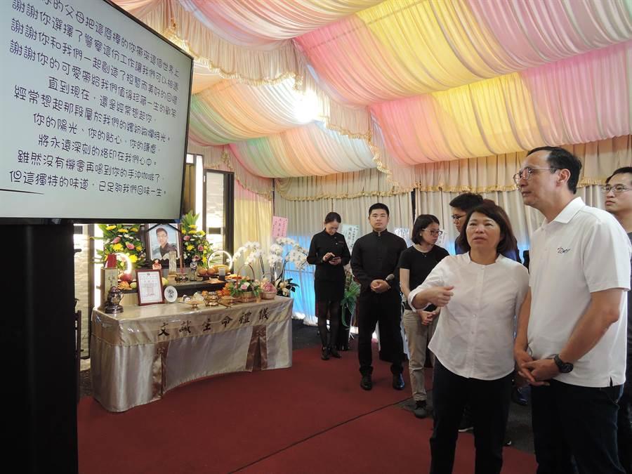 國民黨總統初選參選人朱立倫由市長黃敏惠陪同,到承翰靈前弔祭。(張毓翎攝)