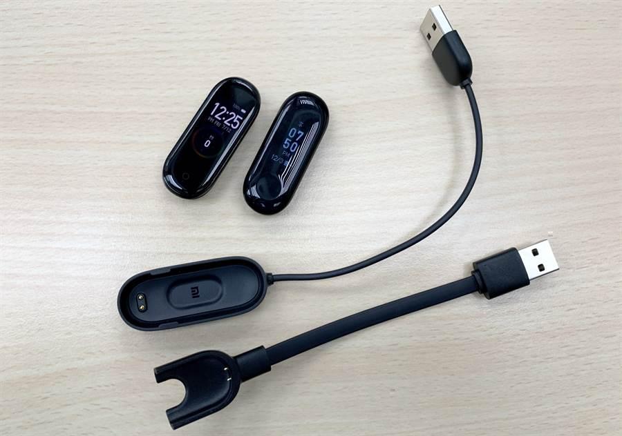 小米手環4(左)與小米手環3以及兩者的充電器。(圖/黃慧雯攝)