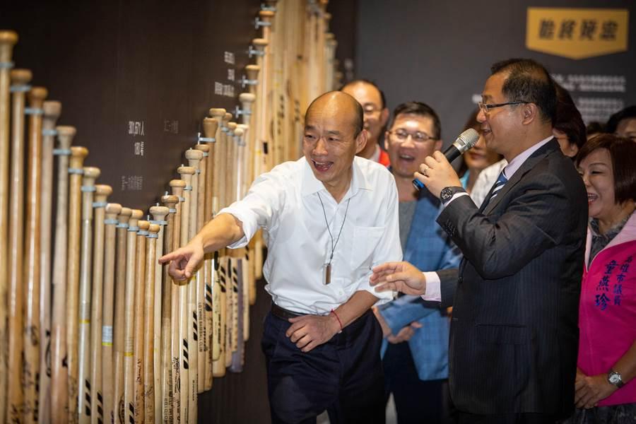 高雄市長韓國瑜12日出席「職棒三十週年特展」,特以時間軸的方式呈現棒球與本地、世界歷史的關聯,現場更展出一千逾件的職棒珍貴文物。(袁庭堯攝)