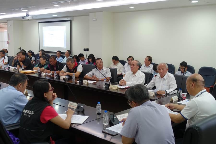 雲林縣麥寮鄉民要求台塑提高每年每人7200元回饋金到1萬6800元,溝通平台會議上午開會。(許素惠攝)