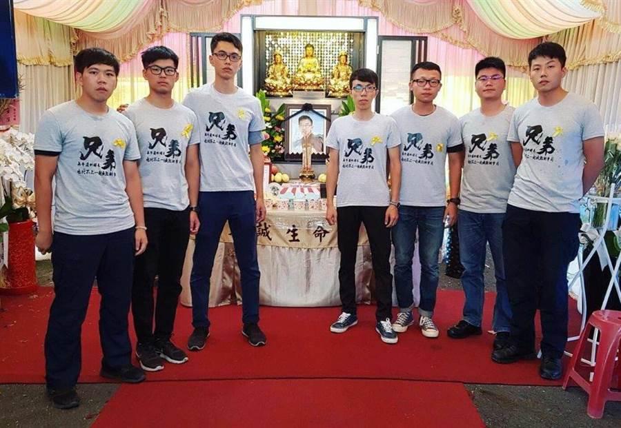12日是李承翰25歲冥誕,他的7名同袍特別穿上訂製的「兄弟」T恤,帶著特製的蛋糕齊聚到他的靈前為其「慶生」。(鐵路警察局高雄分局提供)