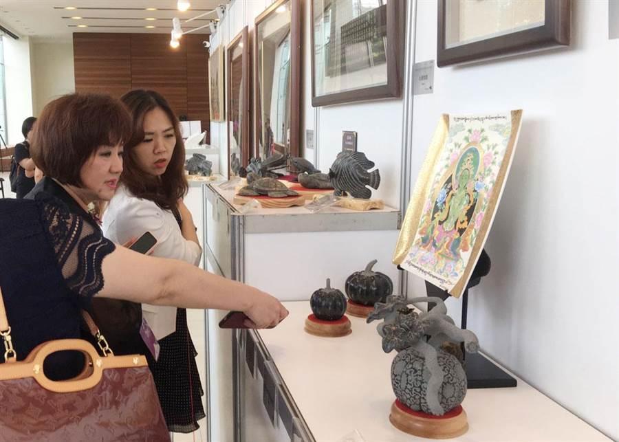12日在成美文化園舉辦徐瑞芬師生與澎湖監獄的受刑人瓷繪展,讓人驚艷。(吳敏菁攝)