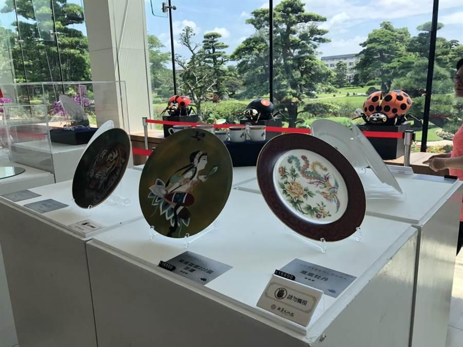 成美文化園區展出的徐瑞芬師生與澎湖監獄的受刑人瓷繪展,讓人驚艷。(吳敏菁攝)