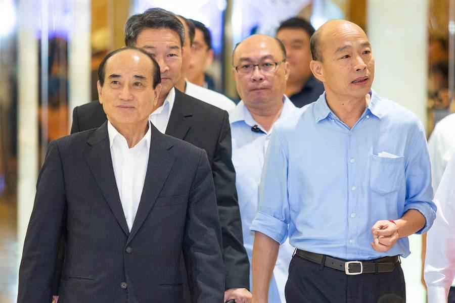 高雄市長韓國瑜(右)11日晚間與前立法院長王金平(左)一同現身高雄市義勇消防總隊顧問團餐會。(袁庭堯攝)