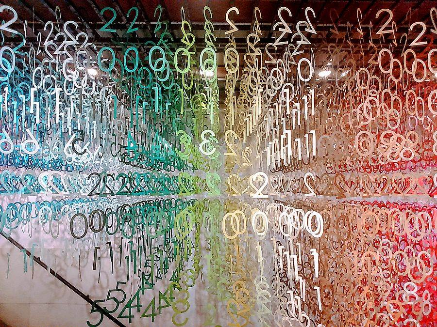 敦南誠品1~2樓樓梯間展出「Emmanuelle:100 colors光譜漫遊」。