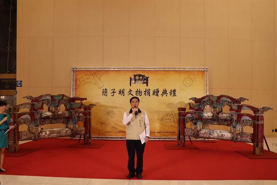 癌末老農簡子明捐贈2座「二通三瓜」木棟架文物給台南市政府,由市長黃偉哲代表接受。(劉秀芬攝)