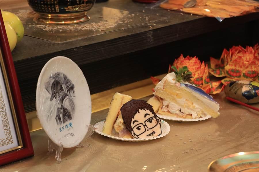 李承翰的同學訂製蛋糕為他過冥誕。(張亦惠攝)