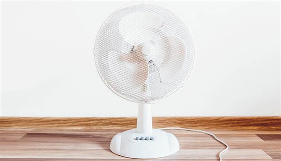善用電風扇,其時也能達到不錯的除濕效果。(圖片來源/pixabay)