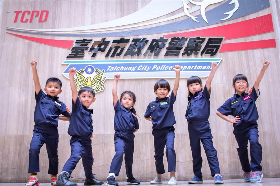 「小小警察體驗營」,去年同樣僅200個名額、約7800多人報名;今年「霸氣」刷新紀錄,報名人數達1.4萬人,在暑假期間「爆紅」,成為台中市最受兒童歡迎、好玩去處之一。(張妍溱翻攝)