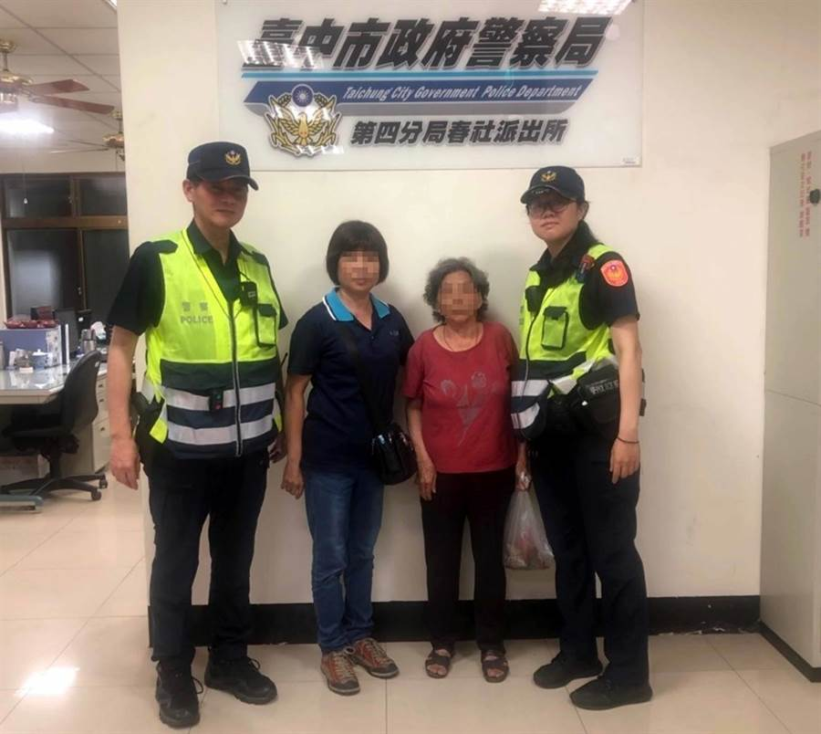 中市警局春社派出所員警,發現86歲林姓婦人迷路且走在南屯交流道口的快車道上,循線找到女兒來帶回。(黃國峰翻攝)
