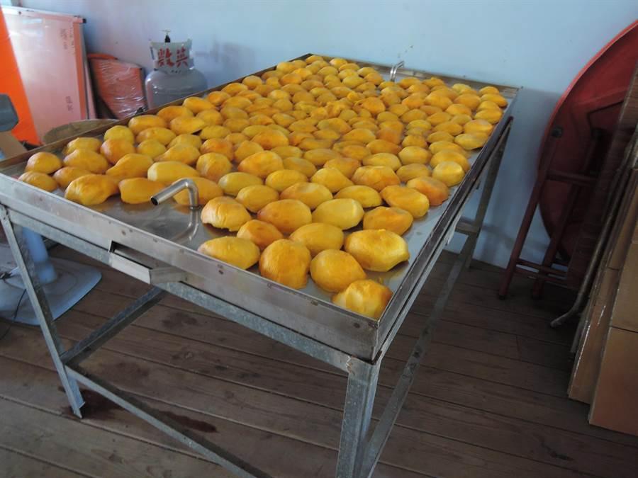 翁老爺爺-愛文芒果的芒果乾,以蒸烤法出來芒果乾,口感濕潤綿密且風味香醇。(張毓翎攝)