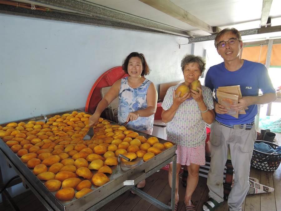 在嘉義布袋教書的翁博賢(右1),暑假時才能回鄉幫母親製作芒果乾,每天早上5點起床,大家開始切芒果,每批都得花上10個鐘頭蒸烤。(張毓翎攝)