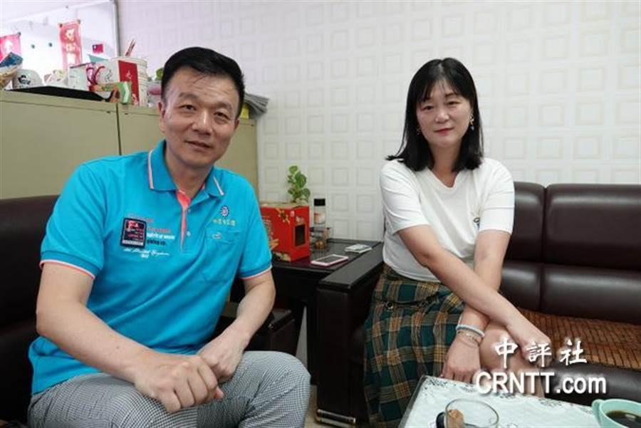 國民黨桃園市黨部副主委于北辰(左)、關懷志工協會理事長徐小鳳(右)。(圖/中評網)