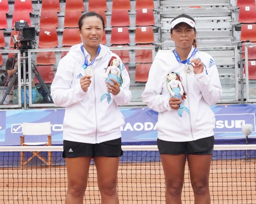 李亞軒(左)、李珮琪在拿坡里世大運拿下網球女雙銀牌。(大專體總提供)