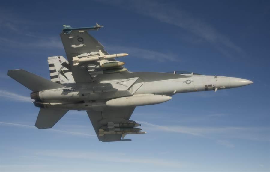 圖中美國海軍艦載機F/A-18s上搭載先進反幅射導彈AGM-88E (HARM),這款導彈已獲獲美方同意出售給台灣。美海軍最近將它升級為射程近200公里的增程型,外加雙導引模式。(圖/美國海軍)