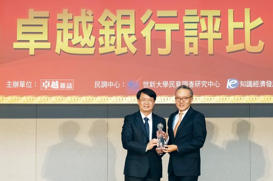 花旗(台灣)銀行董事長莫兆鴻(右)從金管會副主委張傳章手中接獲卓越雜誌最佳企業社會責任獎。圖/公司提供