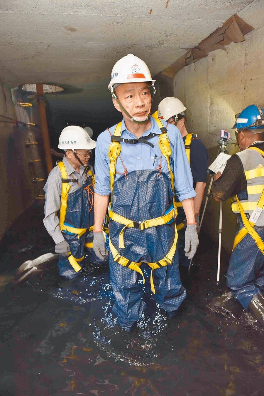 高雄巿長韓國瑜日前穿青蛙裝進入三民區同盟二路與自立一路口視察下水道。(本報資料照片)