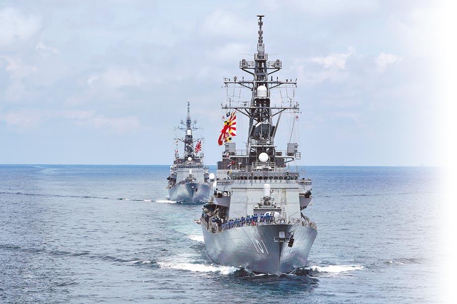 6月26日,日本海上自衛隊直升機航母「出雲號」(前)與護衛艦「曙號」,在汶萊附近南海海域參與軍事演習。(美聯社)