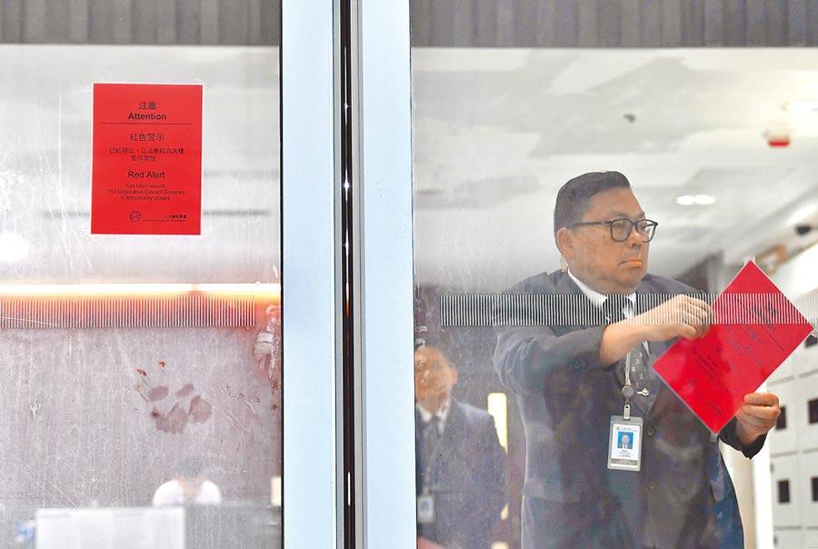 香港立法會大樓昨上午8時解除「紅色警示」。(中新社)