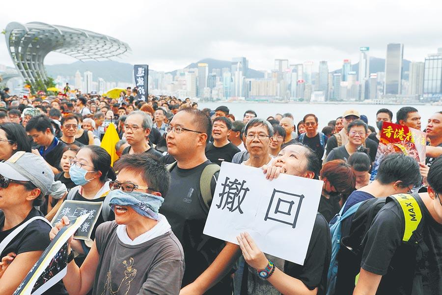 大批香港民眾日前在西九龍高鐵站示威遊行,要求港府撤回《逃犯條例》修正草案。(路透)