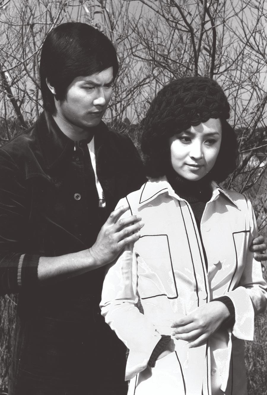 鄧光榮(左)與甄珍主演的愛情片《海鷗飛處》受歡迎,2人當年是銀幕「金童玉女」。